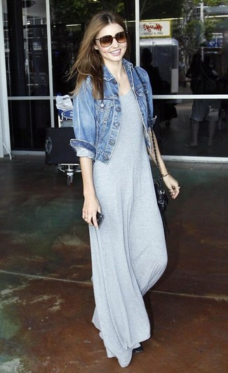 Как Miranda Kerr носит Синяя джинсовая куртка, Серое платье-макси, Черные кожаные балетки, Черная кожаная сумка через плечо
