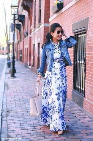 Как и с чем носить: синяя джинсовая куртка, бело-синее платье-макси с цветочным принтом, розовая кожаная большая сумка, серебряный кожаный ремень