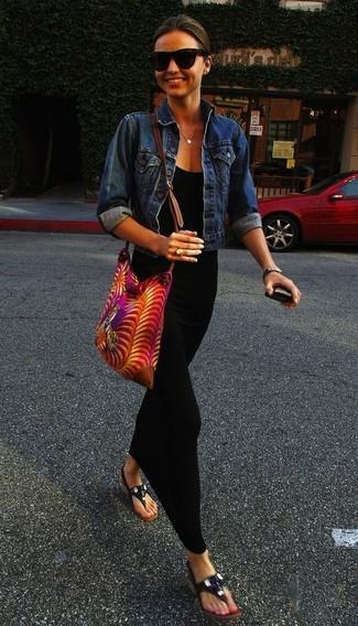 Как Miranda Kerr носит Синяя джинсовая куртка, Черное платье-макси, Черные кожаные вьетнамки, Ярко-розовая сумка через плечо из плотной ткани с принтом