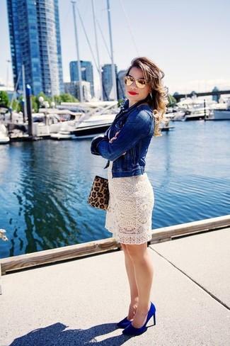 Как и с чем носить: синяя джинсовая куртка, белое платье прямого кроя крючком, синие замшевые туфли, светло-коричневая замшевая сумка через плечо с леопардовым принтом