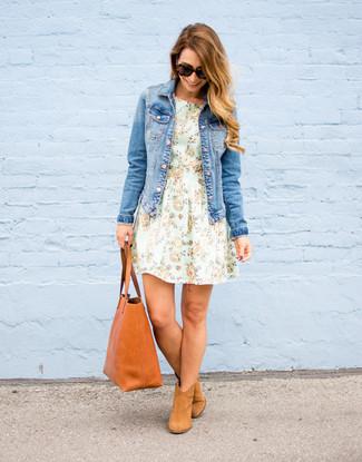 Как и с чем носить: синяя джинсовая куртка, мятное платье с пышной юбкой с цветочным принтом, светло-коричневые замшевые ботильоны, табачная кожаная большая сумка