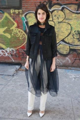 Как и с чем носить: черная джинсовая куртка, черное платье с пышной юбкой в сеточку, белые джинсы, белые кожаные туфли