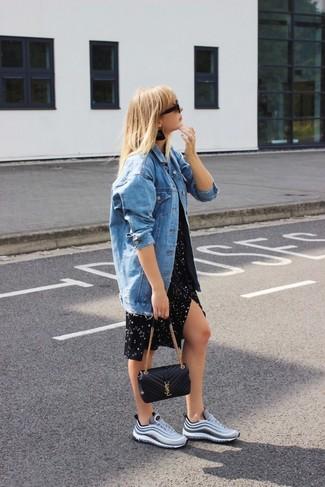 Как и с чем носить: синяя джинсовая куртка, черное повседневное платье со звездами, серые кроссовки, черная кожаная стеганая сумка через плечо