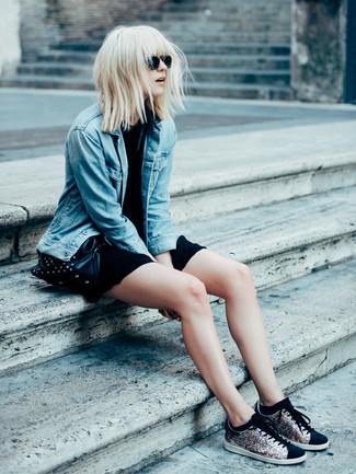 Как и с чем носить: синяя джинсовая куртка, черное повседневное платье, черные низкие кеды с пайетками, черная кожаная сумка через плечо с шипами
