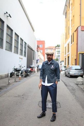 Как и с чем носить: темно-серая джинсовая куртка, белая рубашка с длинным рукавом, темно-синие брюки чинос, черные кожаные туфли дерби