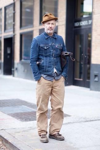 Как и с чем носить: темно-синяя джинсовая куртка, синяя рубашка с длинным рукавом из жатого хлопка, бежевые брюки чинос, коричневые кожаные туфли дерби