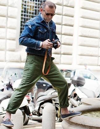 Как и с чем носить: синяя джинсовая куртка, белая рубашка с длинным рукавом, оливковые брюки чинос, темно-синие кожаные топсайдеры