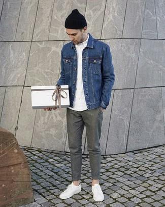 Синяя джинсовая куртка: с чем носить и как сочетать мужчине: Синяя джинсовая куртка и серые шерстяные брюки чинос стильно впишутся в мужской образ в непринужденном стиле. Тебе нравятся смелые решения? Дополни свой ансамбль белыми кожаными низкими кедами.