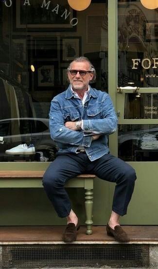 Модные мужские луки 2020 фото: Синяя джинсовая куртка в сочетании с темно-синими брюками чинос однозначно будет обращать на себя взгляды прекрасного пола. Завершив лук темно-коричневыми замшевыми лоферами, ты привнесешь в него нотки строгой классики.