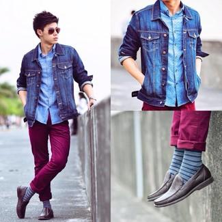 Как и с чем носить: синяя джинсовая куртка, голубая рубашка с длинным рукавом в горошек, темно-красные брюки чинос, темно-коричневые кожаные мокасины