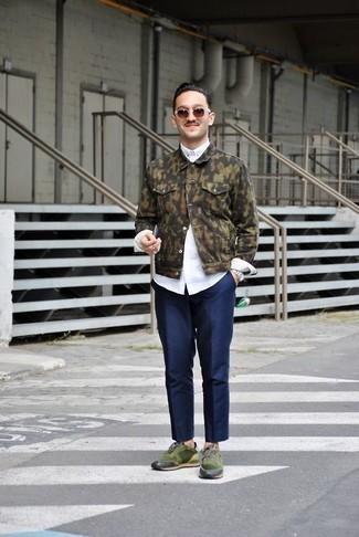 Коричневые солнцезащитные очки: с чем носить и как сочетать мужчине: Оливковая джинсовая куртка с камуфляжным принтом и коричневые солнцезащитные очки — замечательное решение для джентльменов, которые никогда не сидят на месте. Что до обуви, можно отдать предпочтение классике и выбрать темно-зеленые кроссовки.