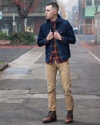 С чем носить разноцветную фланелевую рубашку с длинным рукавом мужчине: Разноцветная фланелевая рубашка с длинным рукавом смотрится великолепно в сочетании с светло-коричневыми брюками чинос. Разбавить ансамбль и добавить в него чуточку классики позволят темно-коричневые кожаные повседневные ботинки.