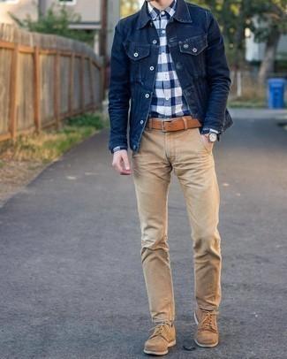 С чем носить разноцветные носки мужчине: Сочетание темно-синей джинсовой куртки и разноцветных носков пользуется особым спросом среди ценителей удобных образов. Хотел бы сделать образ немного элегантнее? Тогда в качестве обуви к этому ансамблю, выбирай светло-коричневые замшевые туфли дерби.