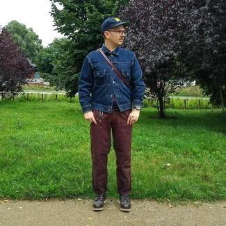С чем носить темно-коричневые брюки чинос: Образ из темно-синей джинсовой куртки и темно-коричневых брюк чинос позволит выглядеть по моде, а также подчеркнуть твой личный стиль. Любители свежих идей могут закончить ансамбль черными кожаными повседневными ботинками, тем самым добавив в него немного изысканности.
