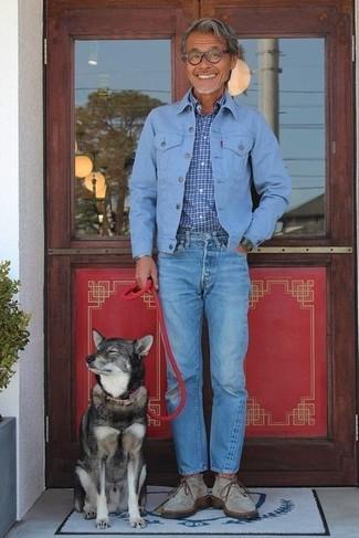 Как и с чем носить: голубая джинсовая куртка, синяя рубашка с длинным рукавом в клетку, синие джинсы, серые замшевые ботинки дезерты