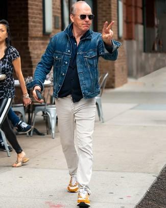 Как и с чем носить: синяя джинсовая куртка, темно-синяя рубашка с длинным рукавом, бежевые джинсы, табачные кроссовки