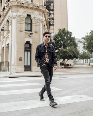 Черные кожаные повседневные ботинки: с чем носить и как сочетать мужчине: Если ты любишь одеваться по моде, чувствуя себя при этом комфортно и нескованно, тебе стоит опробировать это сочетание темно-серой джинсовой куртки и темно-серых джинсов. Любители необычных луков могут завершить образ черными кожаными повседневными ботинками, тем самым добавив в него немного элегантности.