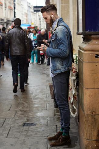 Как и с чем носить: темно-синяя джинсовая куртка, бело-темно-синяя рубашка с длинным рукавом в мелкую клетку, темно-синие зауженные джинсы, темно-коричневые замшевые ботинки дезерты