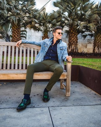 Как и с чем носить: голубая джинсовая куртка, темно-синяя рубашка с длинным рукавом в горошек, оливковые зауженные джинсы, темно-зеленые кожаные лоферы