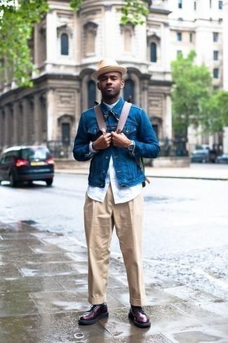 Бежевые классические брюки: с чем носить и как сочетать мужчине: Несмотря на то, что этот лук кажется весьма сдержанным, тандем синей джинсовой куртки и бежевых классических брюк является неизменным выбором стильных молодых людей, покоряя при этом сердца прекрасных дам. Закончив ансамбль темно-красными кожаными повседневными ботинками, ты привнесешь в него немного динамичности.