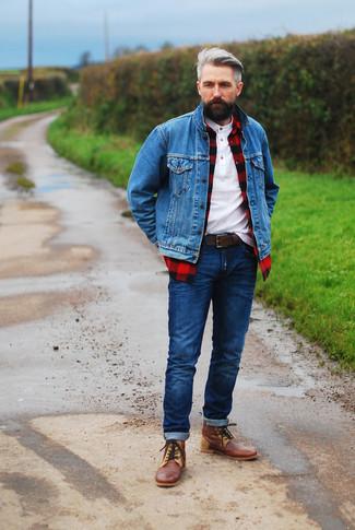 Как и с чем носить: синяя джинсовая куртка, красно-черная рубашка с длинным рукавом в клетку, белая футболка на пуговицах, темно-синие джинсы