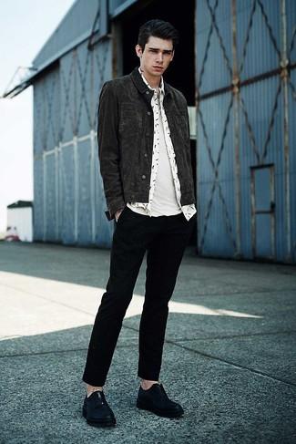 Как и с чем носить: темно-серая джинсовая куртка, белая рубашка с длинным рукавом с принтом, белая футболка с круглым вырезом, черные брюки чинос