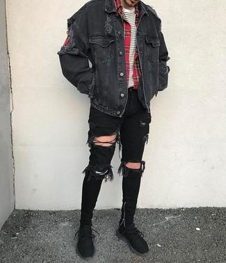 Как и с чем носить: черная джинсовая куртка, красная рубашка с длинным рукавом в шотландскую клетку, бело-черная футболка с круглым вырезом в горизонтальную полоску, черные рваные зауженные джинсы