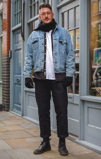 Черные кожаные ботинки дезерты: с чем носить и как сочетать: Сочетание голубой джинсовой куртки и черных брюк чинос поможет подчеркнуть твою индивидуальность. В сочетании с этим луком наиболее гармонично будут смотреться черные кожаные ботинки дезерты.