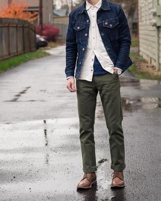 С чем носить бежевую рубашку с длинным рукавом мужчине: Несмотря на то, что это достаточно простой лук, дуэт бежевой рубашки с длинным рукавом и оливковых брюк чинос приходится по вкусу джентльменам, неизбежно покоряя при этом сердца женского пола. Если ты любишь применять в своих образах разные стили, из обуви можешь надеть коричневые кожаные повседневные ботинки.