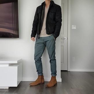 С чем носить коричневые замшевые повседневные ботинки мужчине: Подобный лук из черной джинсовой куртки и темно-зеленых брюк чинос нетрудно повторить, а результат превзойдет все твои ожидания. И почему бы не добавить в этот лук на каждый день чуточку изысканности с помощью коричневых замшевых повседневных ботинок?