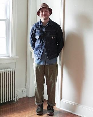 Мужские луки весна: Несмотря на то, что это достаточно не сложный лук, тандем темно-синей джинсовой куртки и светло-коричневых брюк карго неизменно нравится стильным мужчинам, покоряя при этом сердца представительниц прекрасного пола. Любишь яркие образы? Дополни лук темно-зелеными замшевыми повседневными ботинками. Когда приходит весна, все мужчины стремятся выделяться, излучать успех и уверенность в себе и привлекать взоры прекрасных барышень. Подобный ансамбль определенно в этом поможет.