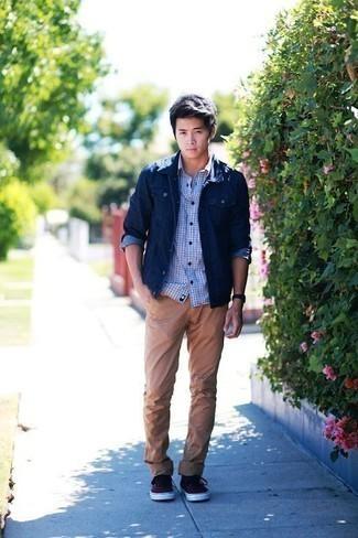 Темно-синяя джинсовая куртка: с чем носить и как сочетать мужчине: Темно-синяя джинсовая куртка в паре со светло-коричневыми брюками чинос — превосходная идея для создания мужского ансамбля в элегантно-деловом стиле. Такой лук легко адаптировать к повседневным реалиям, если надеть в тандеме с ним темно-красные низкие кеды из плотной ткани.