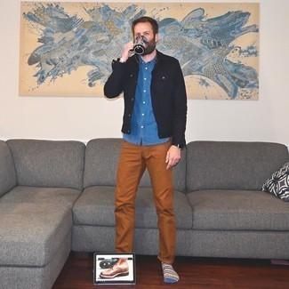 Мужские луки: Черная джинсовая куртка и табачные брюки чинос прочно закрепились в гардеробе многих мужчин, позволяя создавать яркие и практичные образы. Любишь незаезженные идеи? Дополни образ коричневыми кожаными повседневными ботинками.