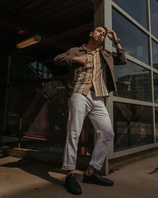 Мужские луки: Коричневая джинсовая куртка и белые брюки чинос прочно закрепились в гардеробе современных молодых людей, позволяя создавать незаезженные и стильные ансамбли. Почему бы не добавить в этот ансамбль чуточку фривольности с помощью черных кожаных низких кед?