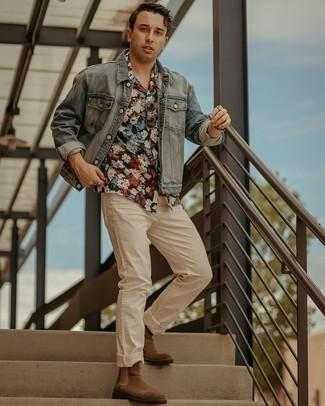 Мужские луки: Комбо из голубой джинсовой куртки и бежевых джинсов — прекрасный вариант для воплощения мужского образа в элегантно-деловом стиле. Любишь экспериментировать? Заверши образ коричневыми замшевыми ботинками челси.
