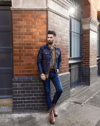 С чем носить коричневые кожаные повседневные ботинки мужчине: Темно-синяя джинсовая куртка будет смотреться гармонично с темно-синими зауженными джинсами. Любители необычных луков могут закончить образ коричневыми кожаными повседневными ботинками, тем самым добавив в него чуточку строгости.
