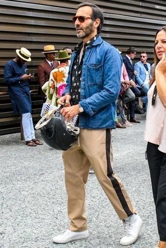 Синяя джинсовая куртка: с чем носить и как сочетать мужчине: Синяя джинсовая куртка и светло-коричневые брюки чинос — хороший вариант, если ты ищешь лёгкий, но в то же время модный мужской лук. Чтобы ансамбль не получился слишком зализанным, можешь надеть белые кожаные высокие кеды.
