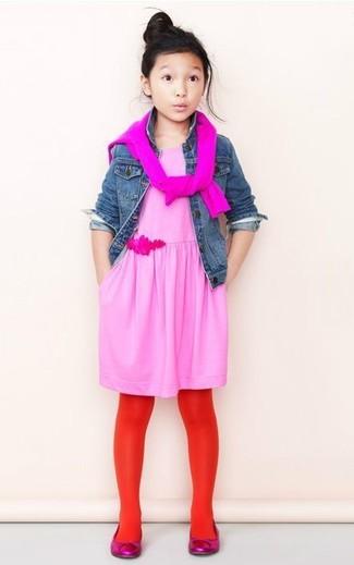 Как и с чем носить: синяя джинсовая куртка, ярко-розовый свитер, розовое платье, ярко-розовые балетки