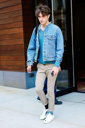 Как и с чем носить: синяя джинсовая куртка, темно-бирюзовый свитер с горловиной на пуговицах, бежевые брюки чинос, белые низкие кеды с принтом