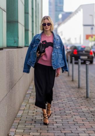 Как и с чем носить: синяя джинсовая куртка, розовый свитер с круглым вырезом с принтом, черные брюки-кюлоты, темно-коричневые кожаные туфли