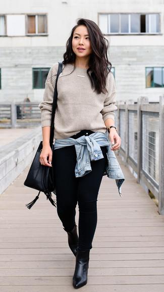 Как и с чем носить: голубая джинсовая куртка, бежевый свитер с круглым вырезом, черные джинсы скинни, черные кожаные ботильоны
