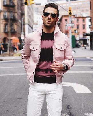 Как и с чем носить: розовая джинсовая куртка, розово-черный свитер с круглым вырезом c принтом тай-дай, белые джинсы, черные солнцезащитные очки