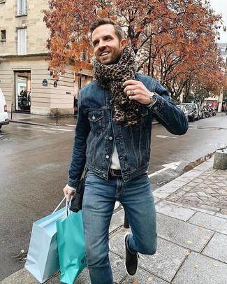 Как и с чем носить: темно-синяя джинсовая куртка, серый свитер с круглым вырезом, синие джинсы, черные кожаные низкие кеды
