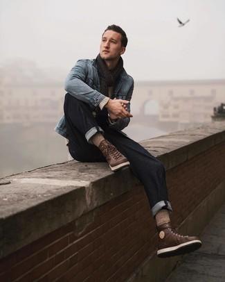 Как и с чем носить: голубая джинсовая куртка, бежевый свитер с круглым вырезом, темно-синие джинсы, коричневые кожаные рабочие ботинки