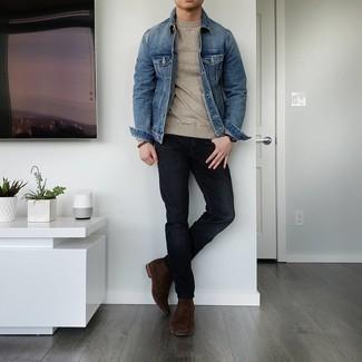 С чем носить бежевый свитер с круглым вырезом мужчине: Дуэт бежевого свитера с круглым вырезом и черных джинсов поможет создать необыденный мужской лук в стиле кэжуал. Хочешь сделать ансамбль немного строже? Тогда в качестве дополнения к этому ансамблю, выбирай темно-коричневые замшевые ботинки челси.