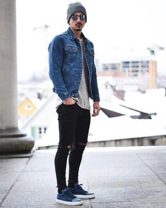 Как и с чем носить: синяя джинсовая куртка, серый свитер с круглым вырезом, черные рваные зауженные джинсы, темно-синие замшевые низкие кеды