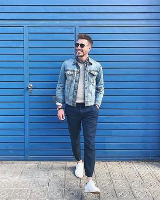 Как и с чем носить: голубая джинсовая куртка, серый свитер с круглым вырезом, темно-синие классические брюки, белые низкие кеды