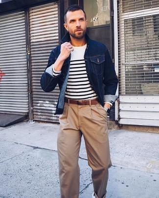 Как и с чем носить: темно-синяя джинсовая куртка, бело-темно-синий свитер с круглым вырезом в горизонтальную полоску, светло-коричневые классические брюки, белые кожаные низкие кеды