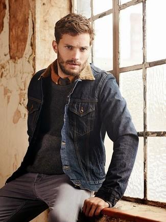 Как Jamie Dornan носит Темно-синяя джинсовая куртка, Темно-серый свитер с круглым вырезом, Табачная рубашка с длинным рукавом, Серые джинсы