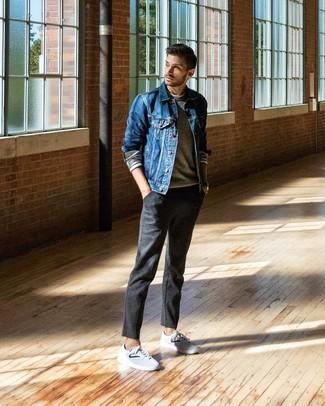 Как и с чем носить: синяя джинсовая куртка, серый свитер с круглым вырезом, белая футболка с длинным рукавом, темно-серые шерстяные брюки чинос